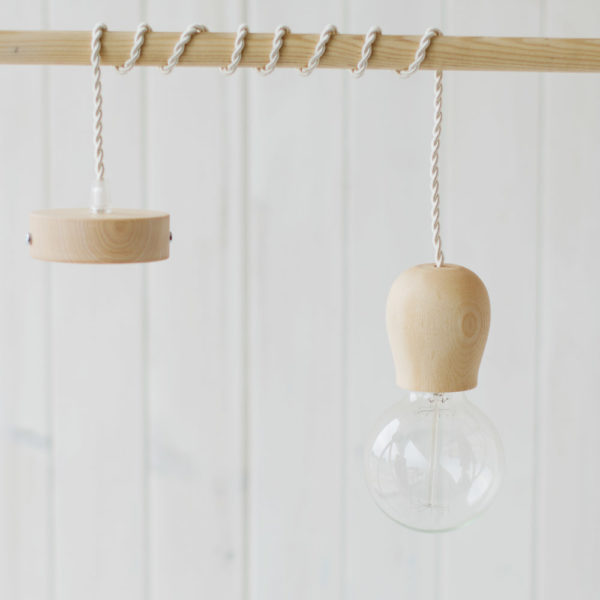 Colgante de cable y bellota madera