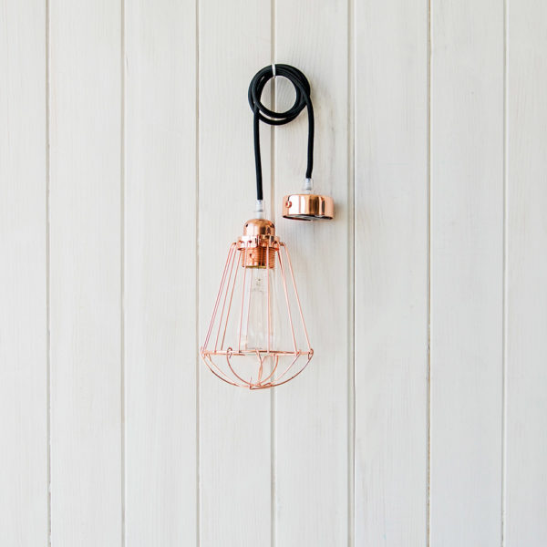 Jaula metálica color cobre con cable negro