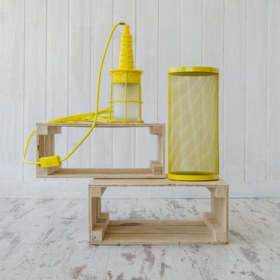 Lámpara portatil Ubiqua en amarillo con embalaje de jaula