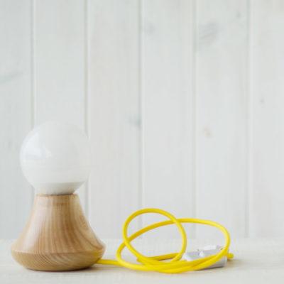 Sobremesa con pie de madera y cable personalizable