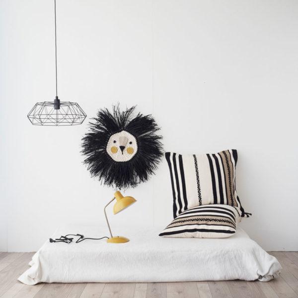 Leon – melena negra y coloretes mostaza- Decoracion de pared – Artesanal – Liderlamp