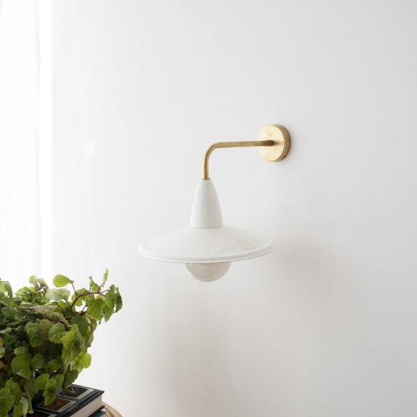 Aplique Capuchino – New Mid Century – blanco y laton – Liderlamp (4)
