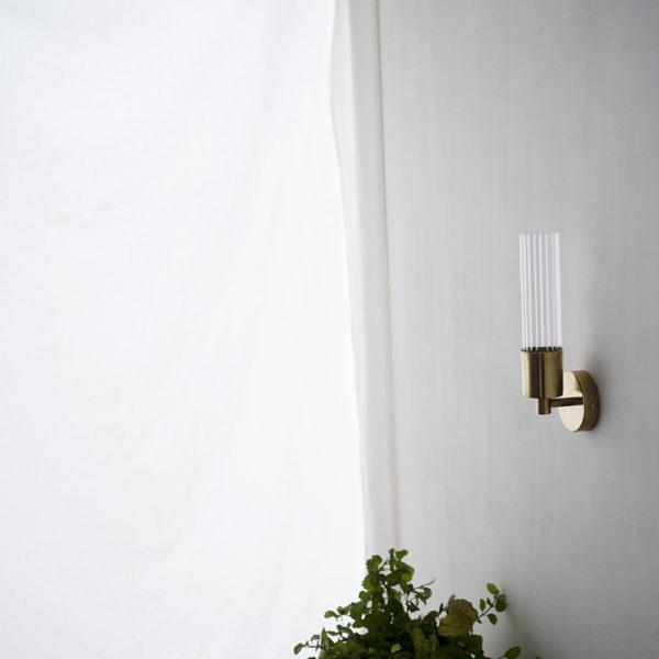 Aplique Lais – New Mid Century – latón y cristal estriado – iluminación pared