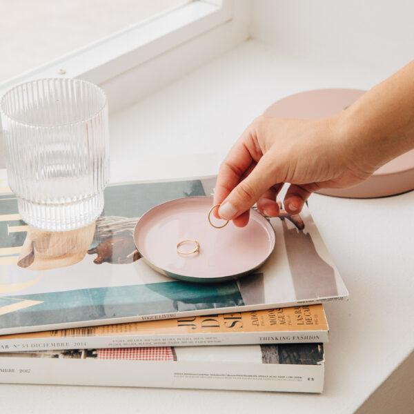 Bandeja de metal rosa – redonda – &Klevering – menaje hogar – servir – Liderlamp