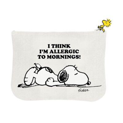 Este estuche de Snoopy está lleno de detalles: hay una ilustración diferente por cada lado, la cremallera tiene forma de a Woodstock y cuando veas el forro interior te vas a morir de amor.