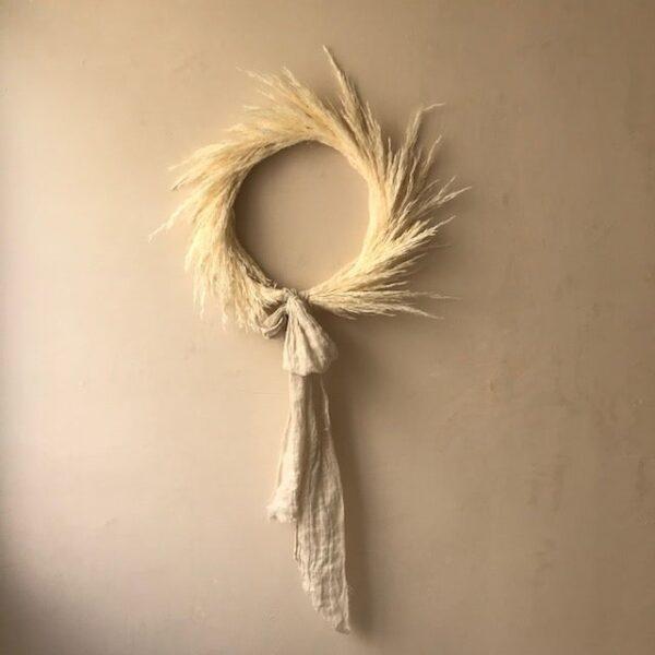 Corona – arena – deco pared -artesanal – Ila y Ela – plumero salvaje – Liderlamp