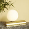 Sobremesa Olvera – cristal opal – base de laton – Hubsch – Liderlamp (3)